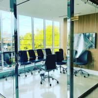 oficina con paredes de cristal